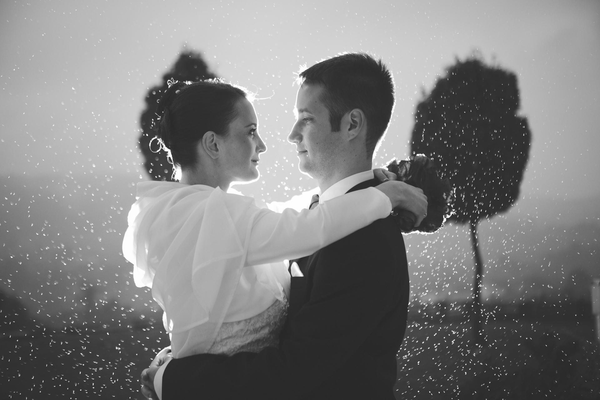 Ko soparen poročni dan popestri, nevihta in misliš, da bo ta uničila celotno poročno fotografiranje. Potem pa se začne jasniti in pojavi se da narediš ene najboljših poročnih fotografij.