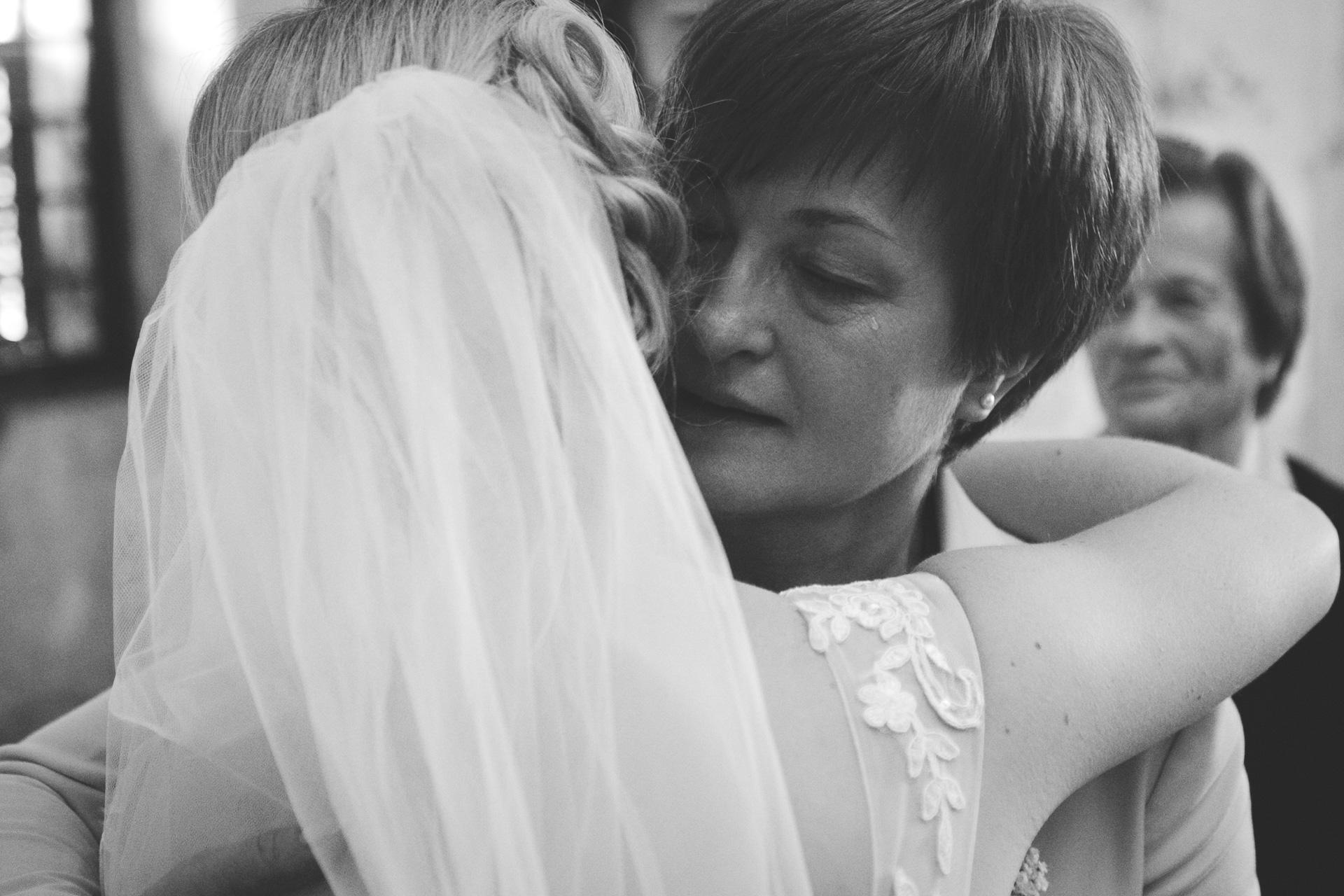 mati joče od sreče ker se je hčerka poročila